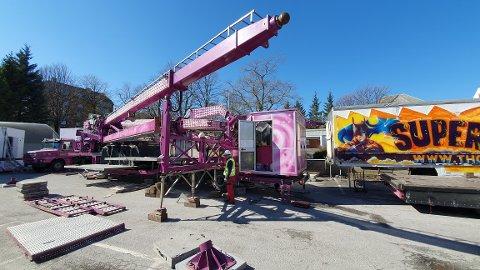 Kirktomta: Montering av karuseller.