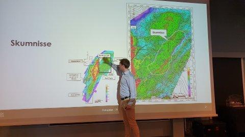 Håvard Morset viser de nye og spennende leteområdene i Draugenfeltet.