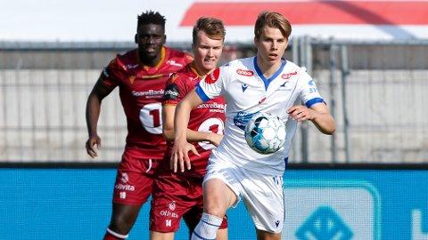 Haugesunds Martin Samuelsen (foran) i duell med Kristiansunds Jesper Isaksen i eliteseriekampen i fotball mellom FK Haugesund og Kristiansund på Haugesund stadion.