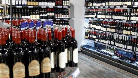 Regjeringen foreslår at åpningstiden til Vinmonopolet kan forskyves til 10 til 16 på lørdager.