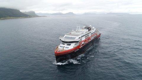 """Hurtigrutens nyeste fartøy """"Roald Amundsen"""", som ble tatt i bruk i sommer, har 15 norske offiserer og et mannskap på 70–80 personer fra Filippinene."""