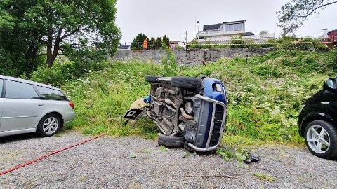 Det er flere meter ned fra veien til parkeringsplassen der bilen havnet.