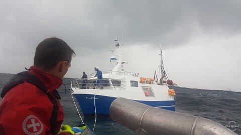 Her assisterer redningsskøyta «Erik Bye» to fiskere 60 nautiske mil vest for Kristiansund.
