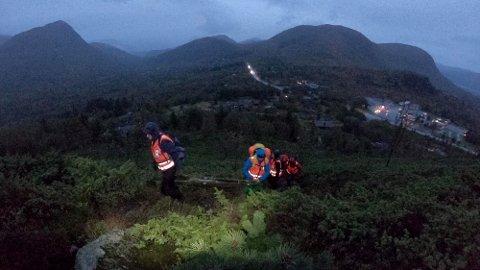 Hjelpekorpsmedlemmer i Røde Kors fra hele Møre og Romsdal øver på søk og redning på Ørskogsfjellet i helga. Over 500 hjelpekorpsmedlemmer er trolig godkjent etter helgas kursing.