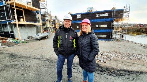 Bjørn Blakstad og Heidi Sæther gleder seg over at de første bygningskroppene reiser seg i Valen borettslag.