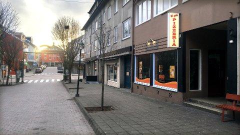 Trafikkbetjenten var på kontrollrunde i sentrum da han oppdaget at det sto en bil parkert utenfor Gågata pizzeria i Kristiansund, hvor det ikke er lov å parkere. Det skulle etter hvert bli nokså «hett».