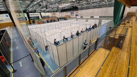 Braatthallen er delt inn i seks båser. Med plass til 20 i hver bås tar man inn 120 personer i gangen.