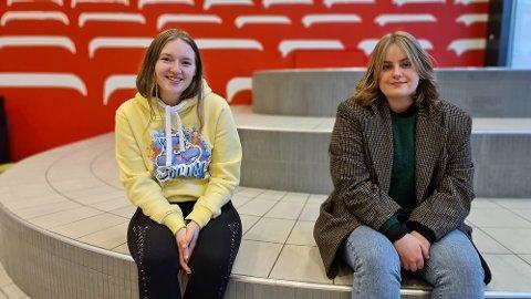 Ester Brende (til venstre) og Gina Heggem er stolte og glade over at elevene ved Atlanten videregående viser stor internasjonal solidaritet i koronaens tid.
