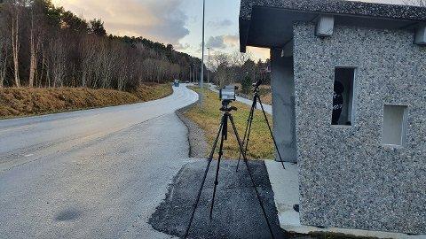 Politiet rigget seg til med laser og kikkert på Dale i Kristiansund mandag formiddag.