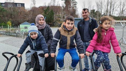 Familien Alkifo ønsker å fortelle hvordan de blir berørt av rådmannens budsjettforslag i Kristiansund. Bak fra venstre: Mamma Sawsan Alkifo og pappa Adnan Alkifo. Barna foran fra venstre: Magd (3), Ahmad (10) og Rayan (7).