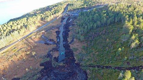 Bildet viser anleggsarbeidet, som nå har kommet godt i gang. Her ved Stokkbakkene kan man skimte de første 100-150 meterne av nye E39 Leirvika-Renndalen.
