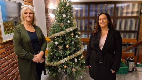 Julefreden senker seg på rådhuset, der Berit Frey (til venstre) og Berit Tønnesen er enige om budsjettet.