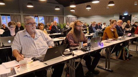 Rødt og Nordmørslista på fremste benk i bystyret. Fra venstre: Stein Kristiansen, Sigve Torland, Linda Dalsegg Høvik og Stig Anders Ohrvik. Bak Stein Kristiansen ser vi Anne Berit R. Heggem.
