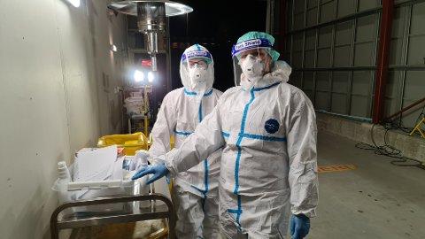 Smittevern: Inge Marius Nerland (til venstre) og Anne Aspen hadde vakt ved teststasjonen i Ello-bygget i desember.