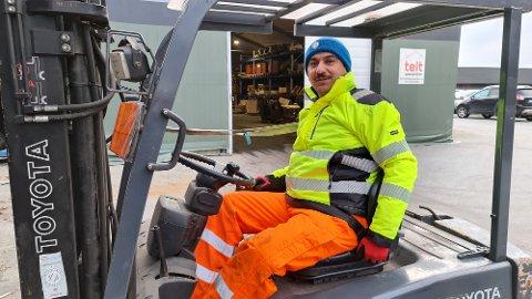 Abdul Jabbar Ankir er stolt etter å ha bestått truckførerkurset og samtidig fått med seg mye god norskopplæring.