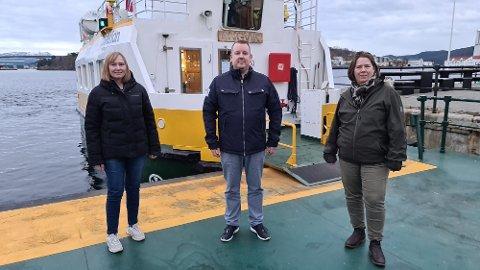 Kampen for finansiering av gratis sundbåt i budsjettet er et verdispørsmål av de sjeldne, mener Elin Kamsvåg (fra venstre), Arild Dybå-Eidem og Gro Santi Johnsen.