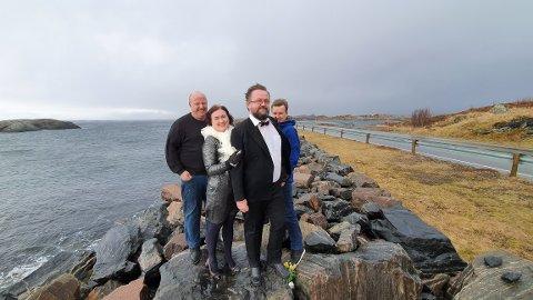 Bond-teamet på Averøya må vente til neste år for å kunne feire premieren på No Time to Die. Fra venstre: Kinosjef Finn Albertsen, Bond-pike Ingrid Rangønes, Bond-sjef Odd Sigbjørn Tvestad og leder i Bådalstun bygdalag Per Dyrnes.
