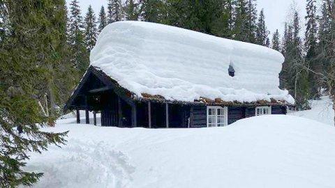 Mange steder i Indre Namdal er det store mengder snø. På hytta til Jørn Arve Flått lå det omkring to meter nå i påska.