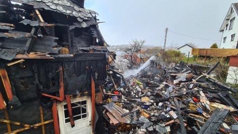 TOTALSKADD: Huset i Dalegata ble fullstendig utbrent og bare rester står igjen. Det var mye flammer og sterk varme, men brannvesenet klarte å berge nabohuset som står noen meter unna.