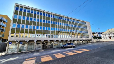 Fylkeskommunalt ansatte skal fylle andreetasjen i det tidligere helsekuset i Fosnagata 13. Det er fylkeskommunedirektørens forslag til midlertidige løsning fram til Campus Kristiansund etter planen står ferdig  i 2024