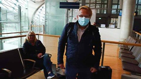 Ken Alvin Jenssen velger å beholde munnbindet på til han har kommet seg hjem.