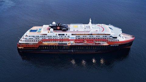 CRUISE: Hurtigruten forklarer at MS Fridtjof Nansen er på ekspedisjonscruise på Nordmøre. Pressefoto: Hurtigruten