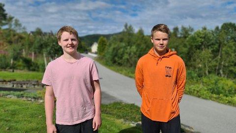 Erlend Kongshaug (til venstre) og Øystein Mostad har brukt sommeren til å reflektere over hva størrelsen på kommunen betyr for at ungdom skal bosette seg på Averøya i framtiden.