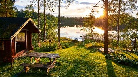 Hyttesommer: Mange er usikre på om de kan feriere på hytta nå som hytteforbudet er opphevet. Departementet sier det nå er opp til hver enkelt å vurdere om reisen er nødvendig. Foto: Getty Images/LuCaAr