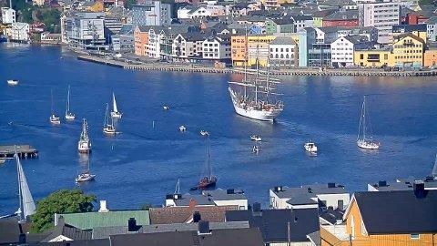 «Christian Radich» kom inn på havna i Kristiansund like før klokken 10 lørdag formiddag. Bildet er hentet fra livekameraet til Streambird og Tidens Krav på Nordlandet.