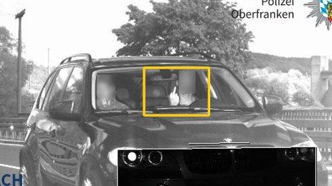 TATT PÅ FERSKEN: Her blir sjåføren tatt på fersken av en fotoboks. Da saken ble handlet i retten, ble det ikke sett mildt på at vedkommende viste fingeren.