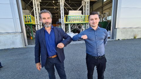 Kjetil Bøhn (til venstre) i Quantafuel og Brede Mordal i Replast avbildet da de inngikk samarbeid for etablering av et pilotanlegg innen plastgjenvinning i Kristiansund. Nå skal Bøhn gi seg som toppsjef i selskapet.