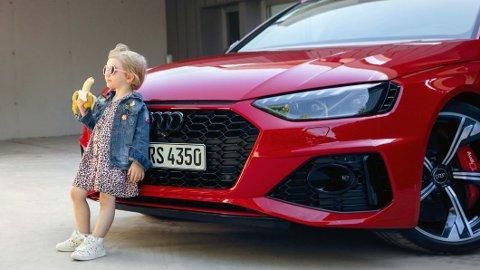 Dagen etter at Audi postet dette bildet på Twitter, valgte de å trekke det tilbake. Enkelte synes budskapet blir seksuelt provoserende – med et barn som spiser en banan foran en sportsbil – mens andre mener det virker som at barnet er i fare for å bli overkjørt.