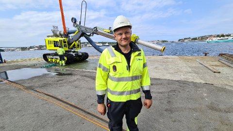 """Jan Erik Larsen viser stolt fram """"Spideren"""", havbunn-gravemaskinen som nå skal ut på sitt første offisielle oppdrag."""