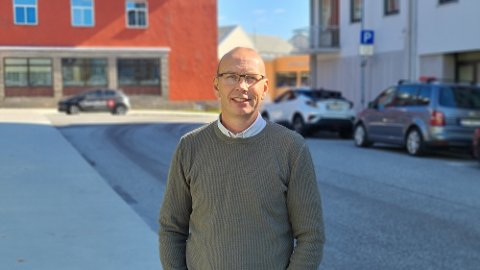 I GANG: John Hauger, seksjonsleder i plan og trafikk i samferdselsavdelingen i Møre og Romsdal fylke er i gang med arbeidet som skal lede ut i en liste med fylkesveger der det kan bli tillatt å kjøre modulvogntog opptil 24 meter.