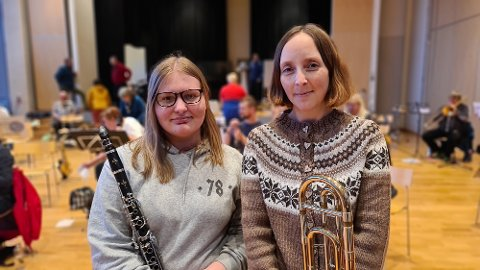 Silje Lindén  og Kjersti Klokseth trives i godt musikalsk selskap på fellesøving med Skolekorpset og Tempo.