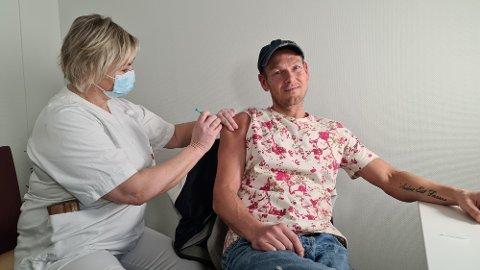 Vaksinatør Elin Kjønnø ga akuttsykepleier Magnus Broch det første stikk med vaksine på Kristiansund sykehus.