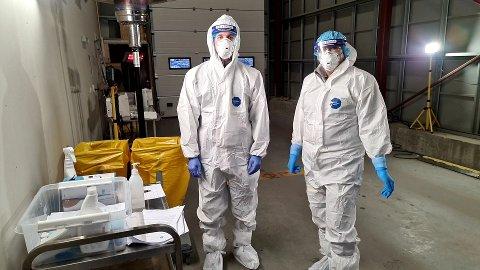 Andreas Storbukt (til venstre) og Bente Nielsen jobbet mandag under høytrykk med koronatester på Ello-bygget.