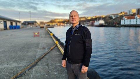 Havnefogd Knut Mostad slår tilbake mot påstandene fra Hitra kommune.