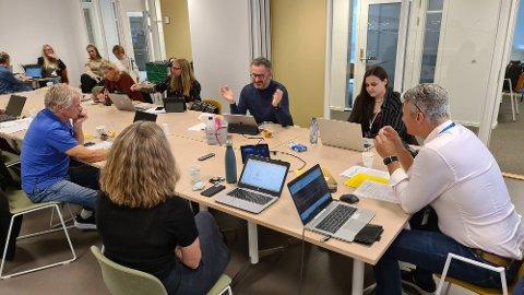 Hovedutvalget diskuterer framdriften for nye skoler i Kristiansund. Fra venstre: Helge Kruse, Synnøve Tangen, Henrik Stensønes, Kristin Lie, Asgeir Bahre Hansen, Sigve Torland og Kitty Williams.