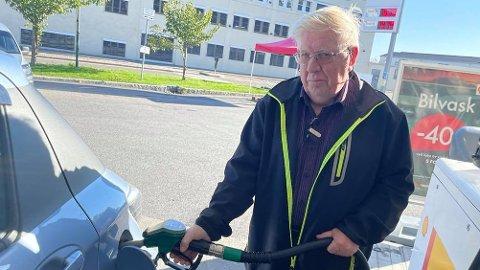 KRITISK: Kjell Olsen fra Kråkerøy mener det er dårlig gjort å sette opp avgifter som gjør drivstoffprisen høyere – igjen. – Det er mange som er avhengige av personbilen, sier han. Foto: Marianne Holøien, Fredriksstad Blad