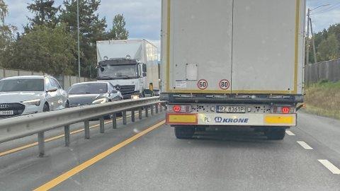 Disse merkene bak på lastebilen har du sikkert sett. Men vet du hva de egentlig betyr – og hvorfor du ikke ser dem på norske lastebiler?