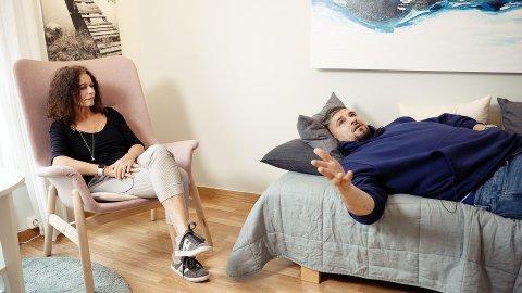 Programleder Leo Ajkic i den nye NRK1-serie «Rus» ligger på sofaen hos psykologspesialist Kari Lossius fra Kristiansund. – Vi måtte faktisk bytte kontor for å få til dette, jeg har ingen sofa på mitt kontor, ler Lossius.