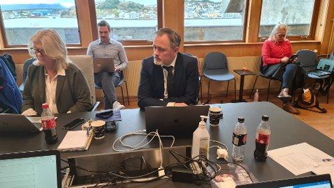 Arne Ingebrigtsen og Martin Gjendem Mortensen (i bakgrunnen) orienterte om økonomitapporten for september.