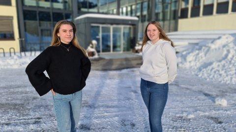 Rikke Pettersen (til venstre) og Ester Hermansen Brende synes sentrale myndigheter bør jobbe med å legge til rette for at noe positivt kan komme ut av koronasituasjonen for avgangskullet på videregående.