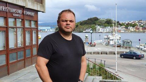 Kristiansunderen Leif Ersnes, som er produksjonssjef i kristiansundsbedriften Jemar Norpower, har ifølge Romsdals Budstikke søkt rektorjobb i Molde.