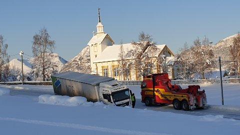 Bergingsbil er på plass for å dra opp vogntoget som kjørte av veien på E39 ved Otnes kirke