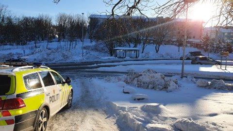 UP gjennomførte en adferdskontroll på flere steder i Kristiansund torsdag. Her holder politiet et årvåkent blikk på trafikk og bilister i Dalegata på Nordlandet.