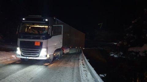 Dette vogntoget fikk vansker i en bakke på E39 på Otnes i Valsøyfjord sent mandag kveld.