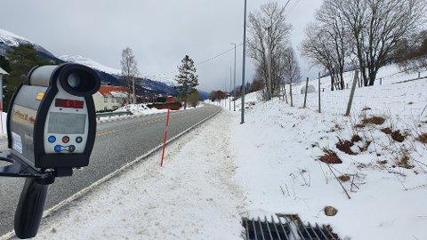 Her, på E39 Bjerkeset i Batnfjordsøra i Gjemnes, gjennomførte UP414 fartskontroll mandag formiddag.