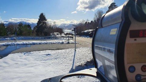 KONTROLL: Utrykningspolitiet stoppet ti fartssyndere her søndag ettermiddag.
